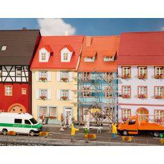2 Maisons de petite ville avec échafaudage de peinture HO
