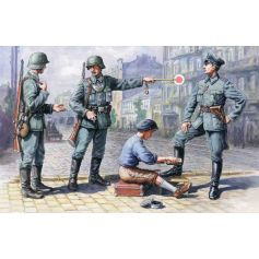 German Patrol 1939-1942 4 figures - 1 officer 2 soldiers 1 civilian 1/35